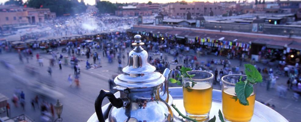Tè alla menta su un davanzale che dà su piazza Jemaa el Fna, Marrakech (Foto © Hervé Hughes /Hemis /Corbis)