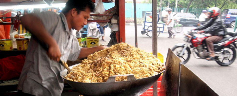 Indonesia, Giacarta, un venditore cucina il Nasi Goreng