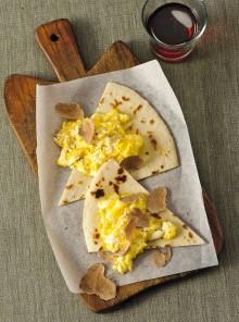 Uova cremose con spicchi di piadina