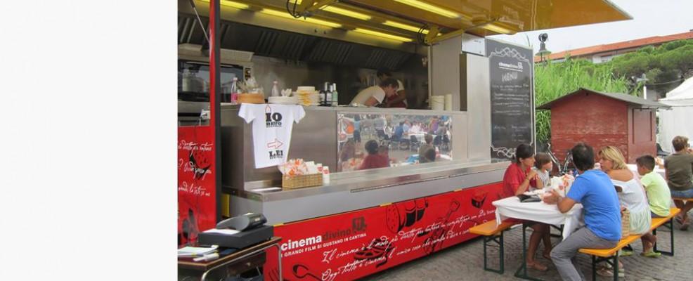 Cinema Divino è un originale food truck che porta i suoi piatti per le colline romagnole seguendo fiere e festival di cinema o di vino.