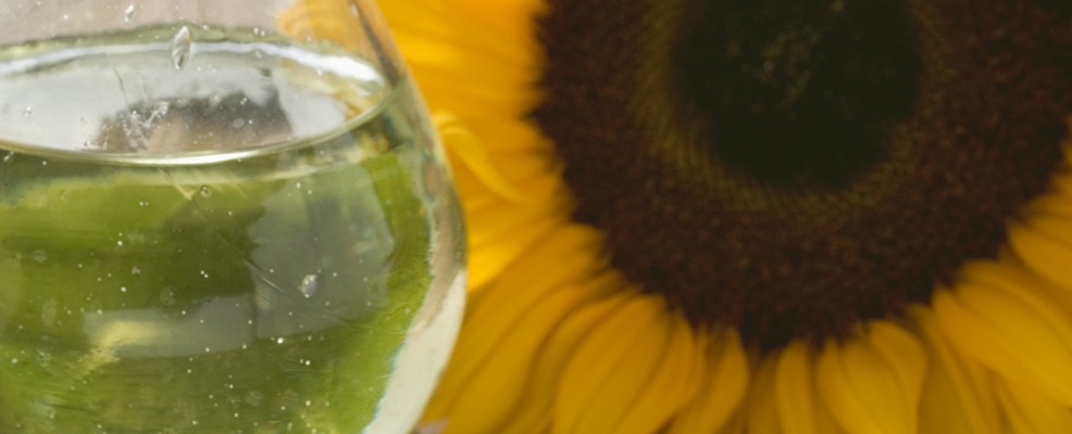 Olio di semi di girasole. È ricco di vitamina E e altre vitamine antiossidanti dimostrandosi quindi un efficace anti età.