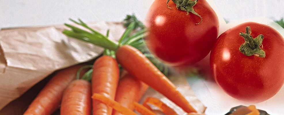 Pomodori e carote. Sono fonte di carotene e licopene che prevengono le scottature e l'eritema solare.