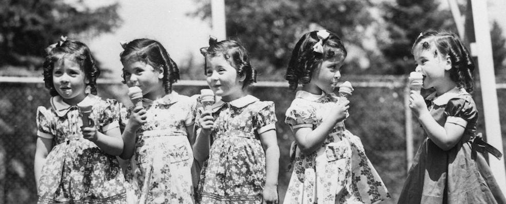Bambine che mangiano coni gelato