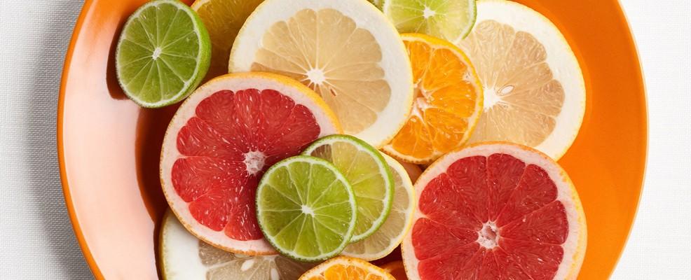 Agrumi. Fonte privilegiata di vitamina C che è essenziale per la produzione di collagene. Inoltre, limoni e pompelmi soprattutto, sono ricchi di oli essenziali che stimolano il drenaggio e l'eliminazione dei grassi.