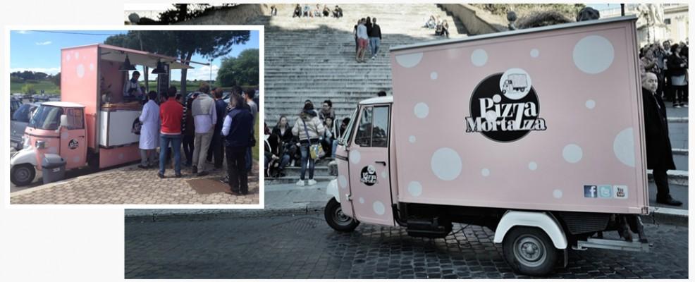 Pizza e mortazza. Questo Ape car rosa a pois bianchi, di grande successo a Roma, gira per la capitale distribuendo focacce farcite con ottima mortadella.