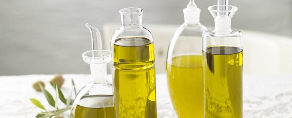 Olio extravergine di oliva. Ottimo emolliente particolarmente indicato per le pelli secche, ma perfetto anche per quelle grasse poiché il suo ph acido aiuta a normalizzare le secrezioni sebacee.