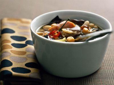 zuppa di legumi con pinoli, uvetta e radicchio