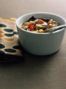 La zuppa di legumi con pinoli, uvetta e radicchio