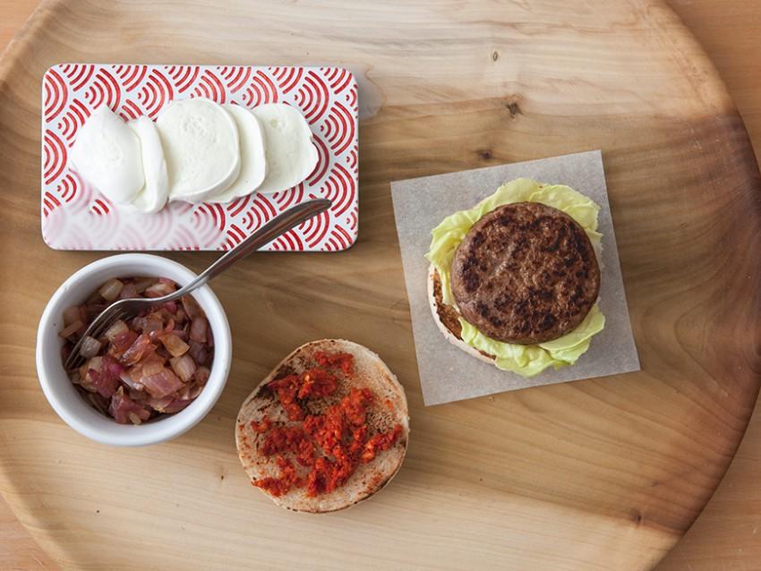 Hamburger di manzo con cipolle caramellate, n'duja e bufala.1
