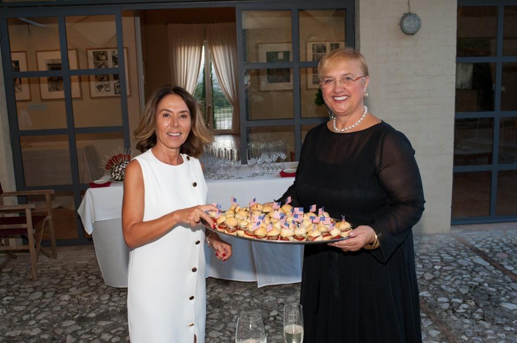 Maria Flora Monini e Lidia Bastianich con i mini hamburger dei Due Mondi