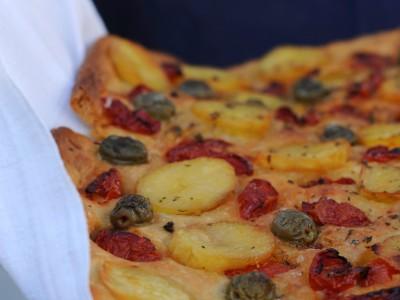 Focaccia Barese con mezzi pomodorini, patate olive verdi e origano_