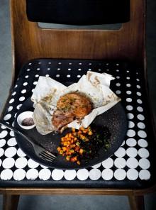 La braciola di maiale con sale rosso, sale nero e paprica