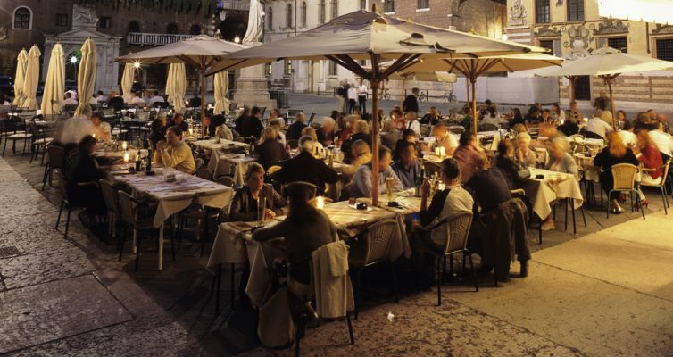 Evening dining in the old town, Verona, UNESCO World Heritage Site, Veneto, Italy, Europe