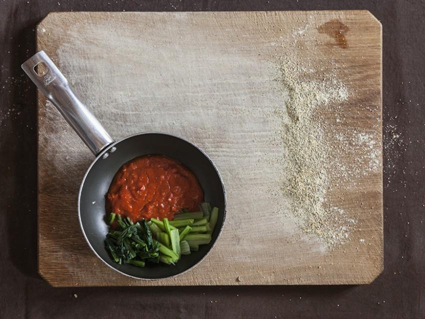 foto gnocchetti di farina di ceci neri e grano con sugo di peperoni secchi e cicoria Sale&Pepe
