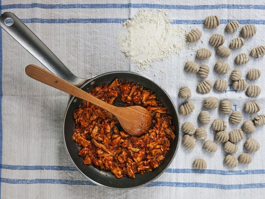 immagine gnocchi di castagne e ricotta al ragù di coniglio Sale&Pepe