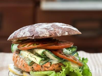 Hamburger di salmone alle erbe con pomodori e yogurt greco