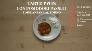La tarte tatin con pomodori passiti e melanzane al forno