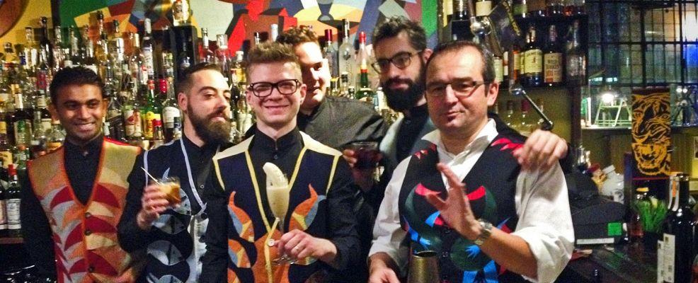 Fulvio Piccinino (primo da destra col suo gilè futurista) con lo staff dell'Acerba di Milano
