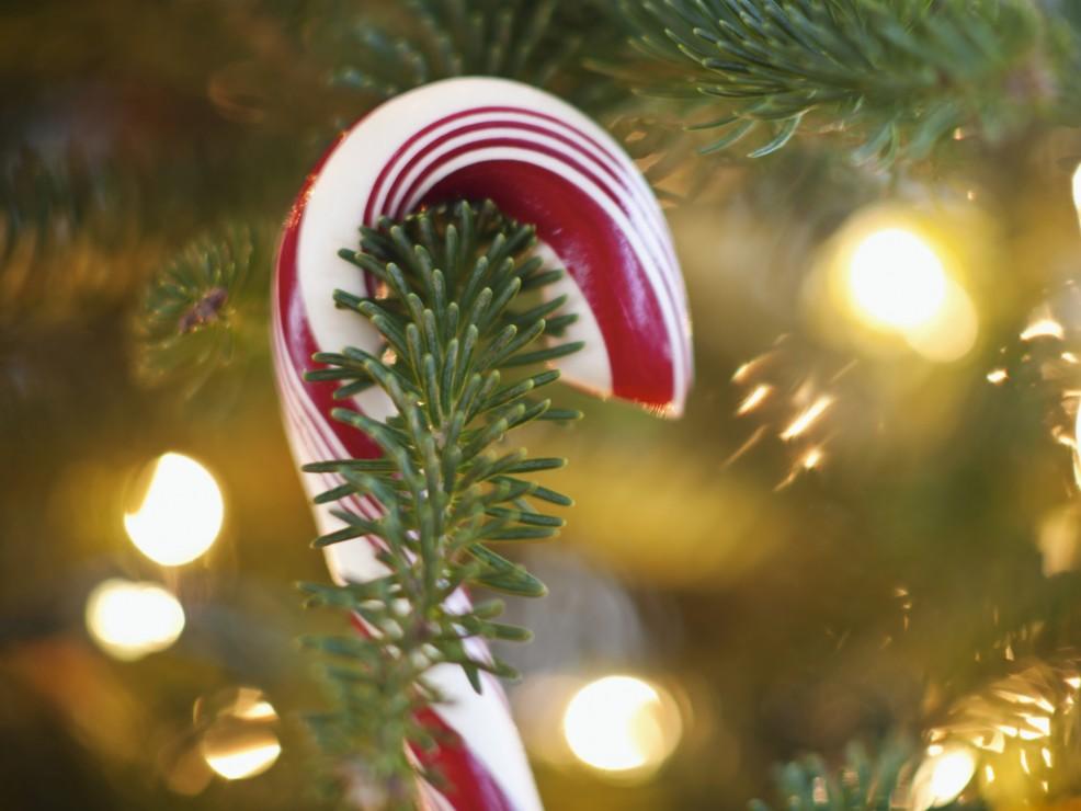 I bastoncini di zucchero bianchi e rossi si trovano nei mercatini natalizi e nei negozi di dolciumi