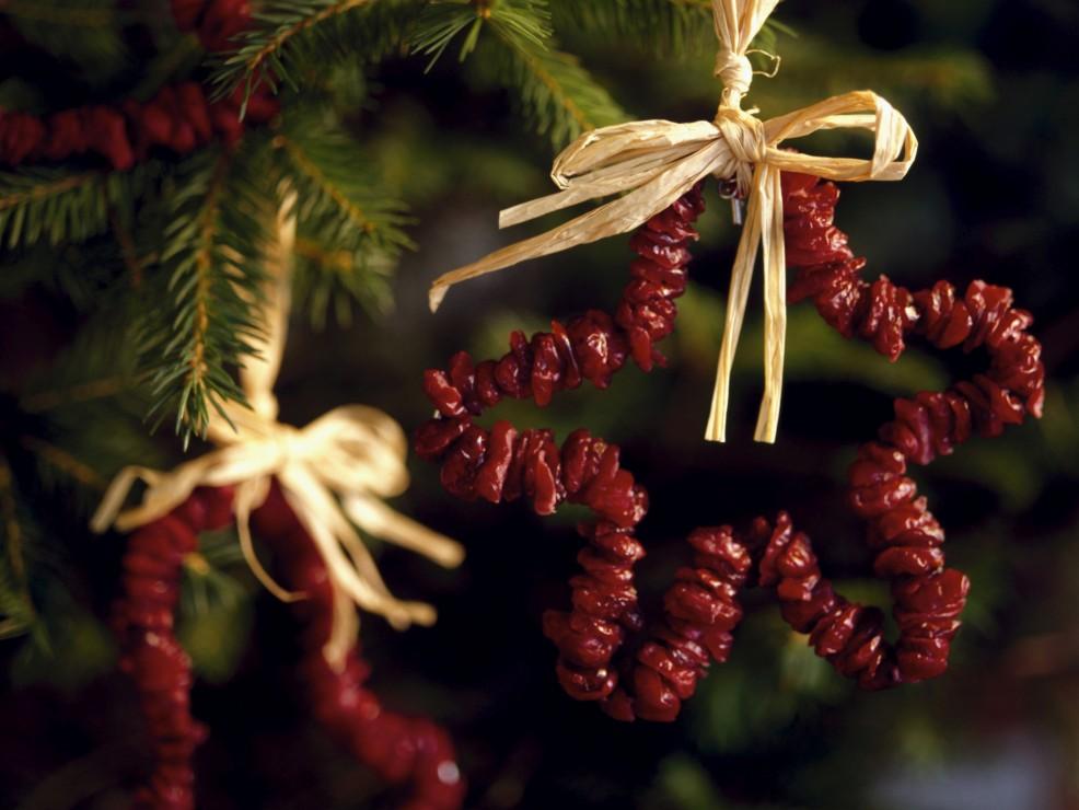 Con i mirtilli rossi secchi si possono realizzare coroncine a stella, a cuore o in altre fogge decorative