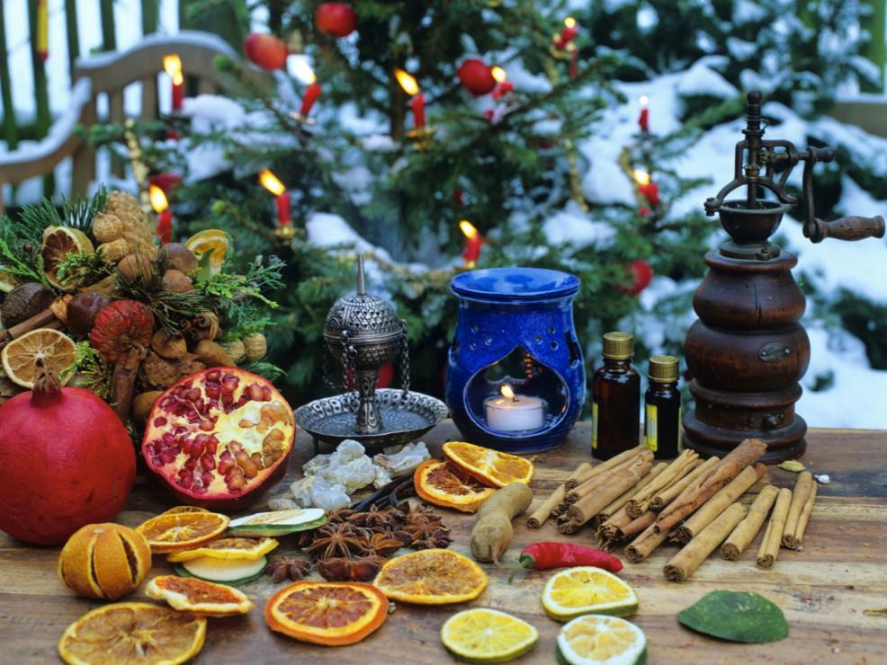 Gli ornamenti di spezie e fette di agrumi essiccati spargeranno una magica fragranza di festa