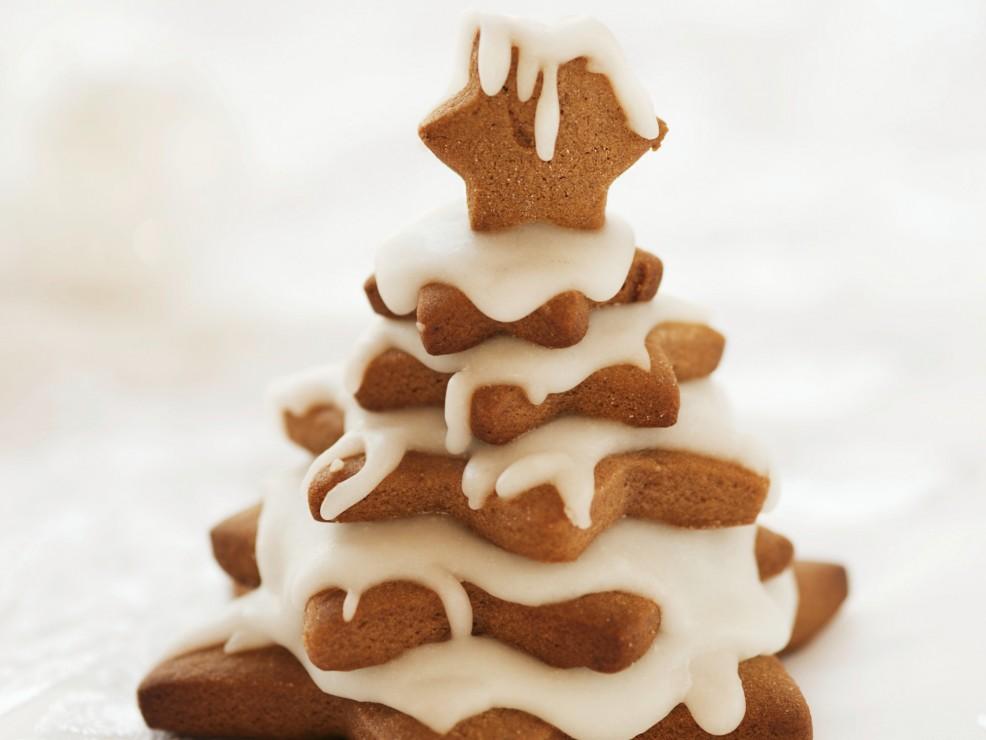 """Biscotti a stella, dal più grande al più piccolo, e una neve di """"glassa"""" ecco un soprammobile dolcissimo!"""