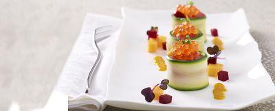 Nidi di zucchina con tartare di tonno, mango, barbabietola e uova di salmone ricetta