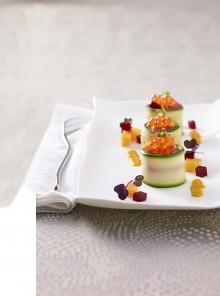 Nidi di zucchina con tartare di tonno, mango, barbabietola e uova di salmone