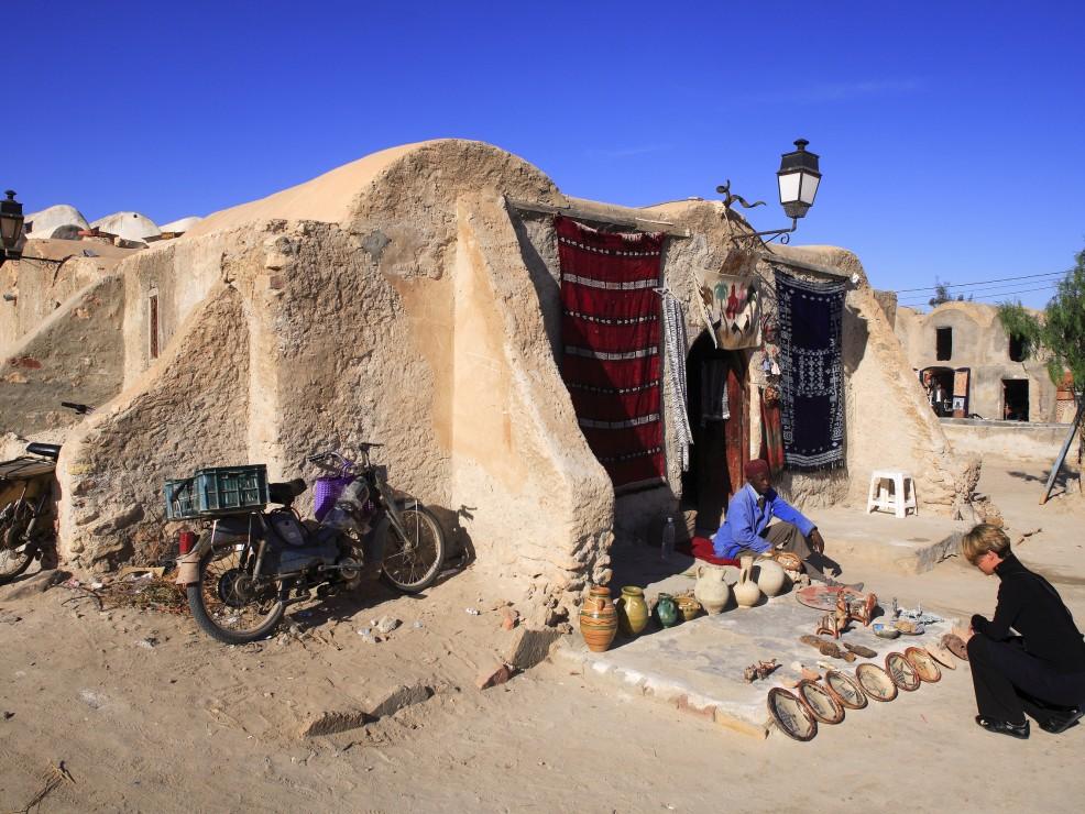 Tunisia, un mercato turistico a Medenina, città nota per i suoi antichi granai