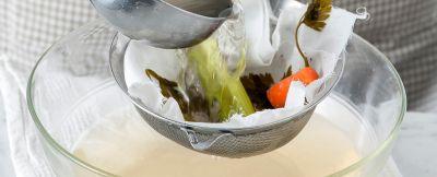 Brodo-saporito-di-carne-e-verdure