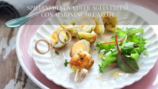 Gli spiedini di uova di quaglia fritte con maionese di carote