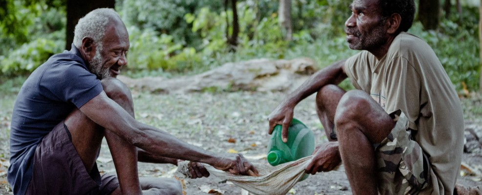 L'uomo versa la kava, bevanda rituale. Vanuatu