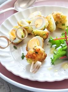 Spiedini di uova di quaglia fritte con maionese di carote
