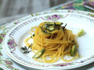Nidi di pasta gratinata con carbonara di asparagi e timo