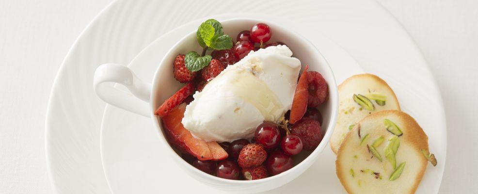 Frutti-rossi-gelato-miele-tuile-pistacchi