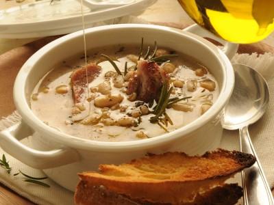 Zuppetta-tiepida-di-farro-e-legumi-al-prosciutto