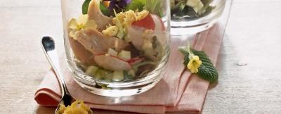 Insalata con pollo, mimosa, sedano e maionese