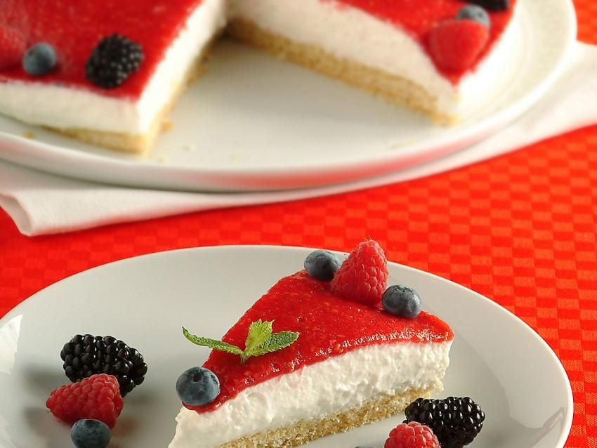 Torta con mousse cremosa allo yogurt e frutti di bosco