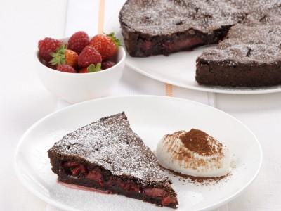 Pie al cacao con fragole e lamponi