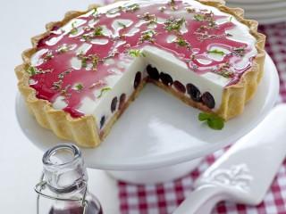 Torta con bavarese di yogurt e ciliegie