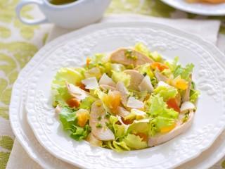 Insalata di pollo e frutta esotica