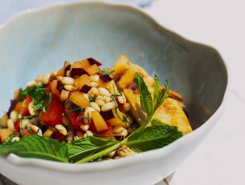 Insalata d'orzo con peperoni, zucchine e prugne