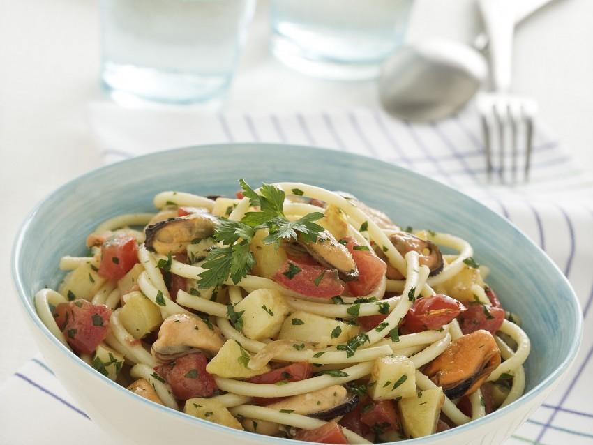 Spaghettoni con cozze e patate