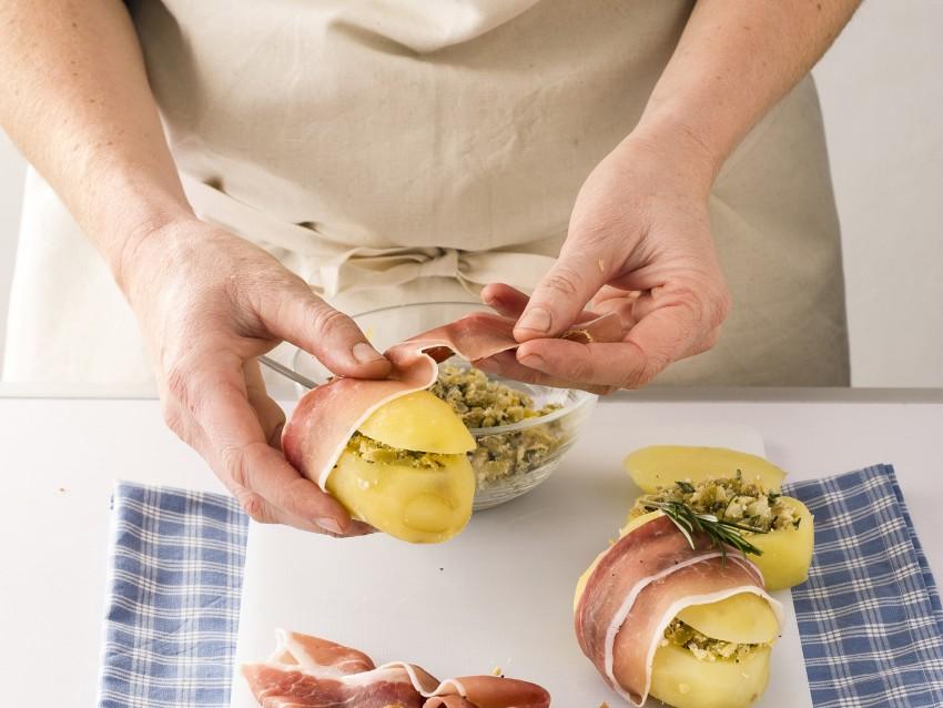 Patate ripiene con carciofini e prosciutto