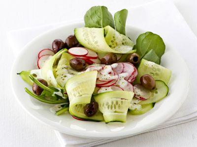 cetrioli con ravanelli, olive e rucola