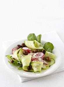 Insalata di cetrioli con ravanelli, olive e rucola