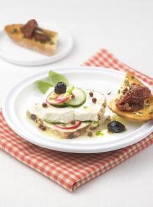 Ricotta infornata con ravanelli, cetriolo e olive