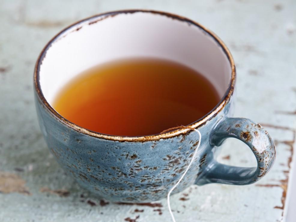 Preparate una tisana con un cucchiaio di miele