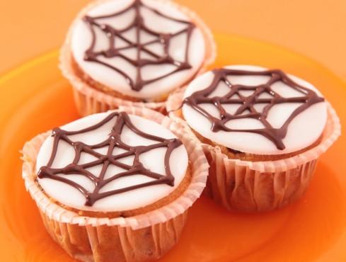 Dolcetti muffin con ragnatela di cioccolato