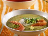 Piatto di crema di avocado con salmone affumicato